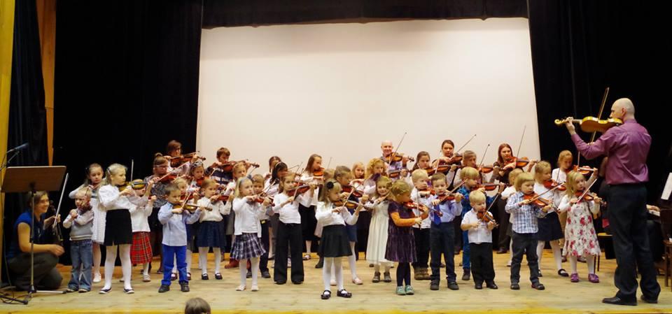 Dzieci uczące się gry na skrzypcach Metodą Suzuki Wrocław